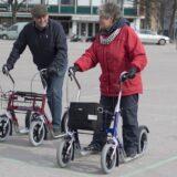 Kaks eakat sõidavad tõukerattaga